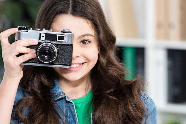 Улыбающаяся девушка фотографирует Бесплатные Фотографии