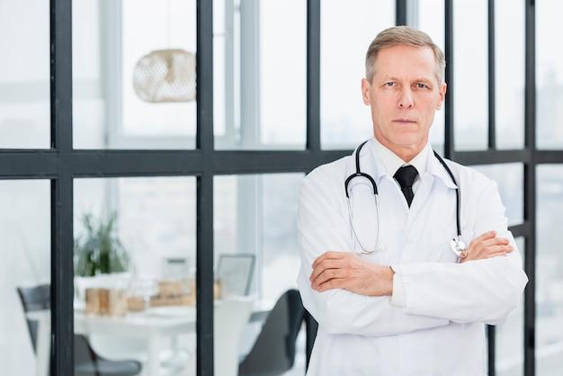 高角度の男性医師 無料写真