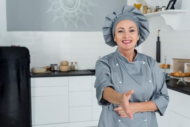Шеф-повар на кухне готов пожать руку Бесплатные Фотографии