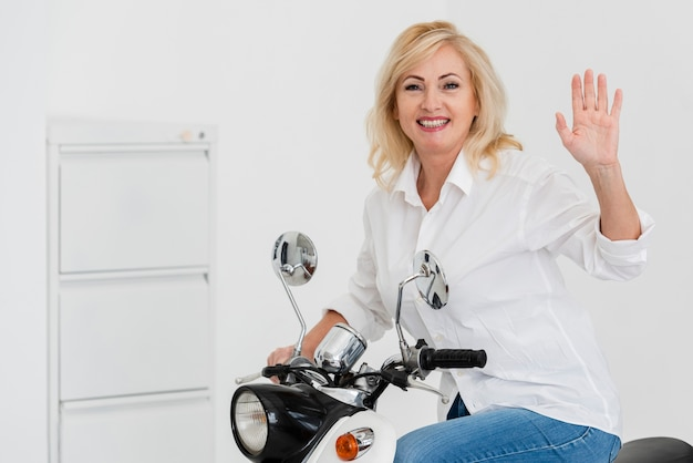 バイクのスマイリー女性 無料写真
