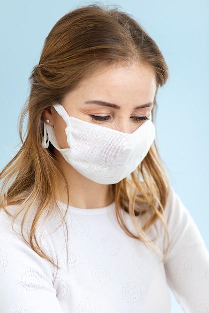 外科医のマスクを着ている女性の肖像画 無料写真