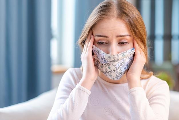 Женщина, носящая домашние деньги маска для лица в помещении Бесплатные Фотографии