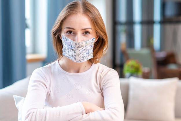 隔離されたミディアムショットにとどまるマスクを持つ女性 無料写真