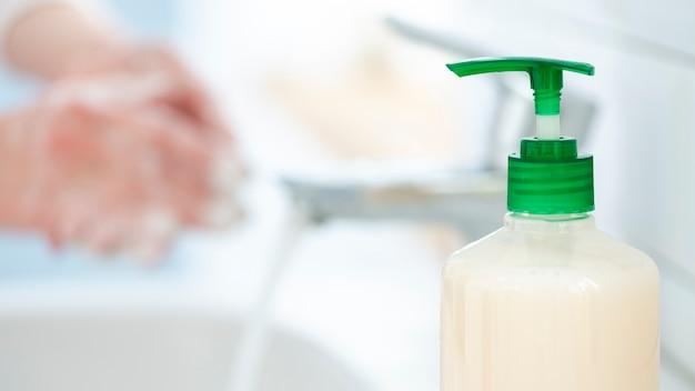 Мыть руки часто с водой и мылом крупным планом Бесплатные Фотографии
