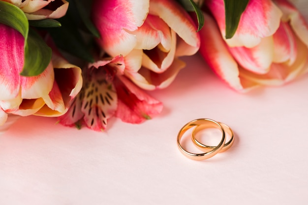 婚約指輪と花 無料写真