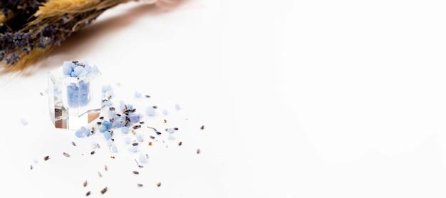白い背景のシンプルなバスソルトスパコンセプト 無料写真