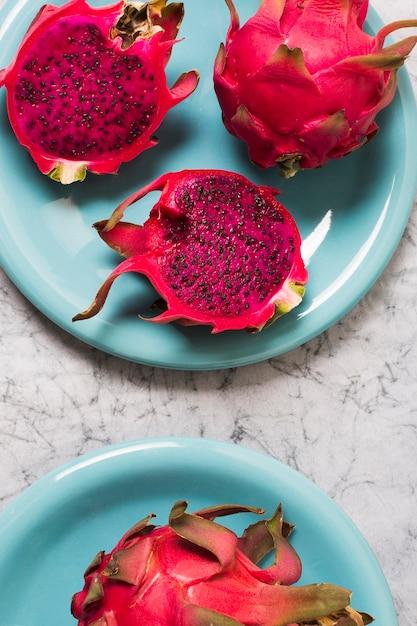 テーブルの上のクローズアップの新鮮なエキゾチックなフルーツ 無料写真