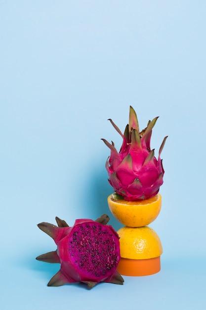 テーブルの上のクローズアップおいしいドラゴンフルーツ 無料写真