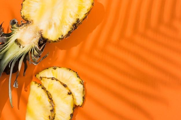 Вид сверху вкусного ананаса на столе Бесплатные Фотографии