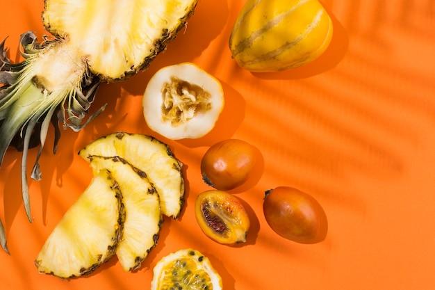 テーブルの上のトップビューおいしいパイナップルとフルーツ 無料写真
