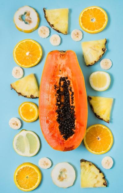 Вид сверху на выбор экзотических фруктов на столе Бесплатные Фотографии