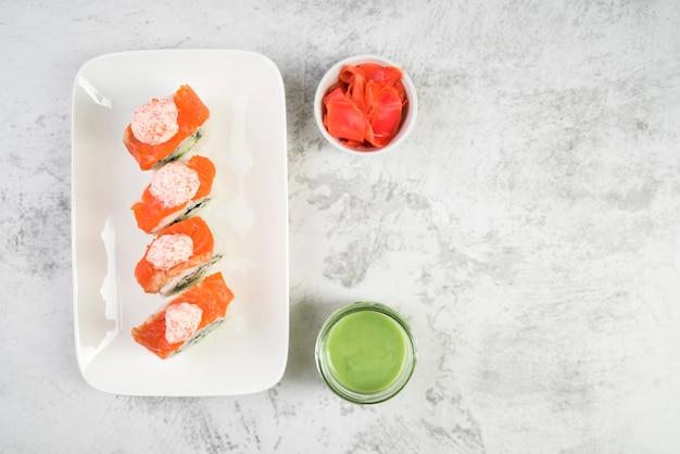 ソースと新鮮な寿司のトップビュー 無料写真