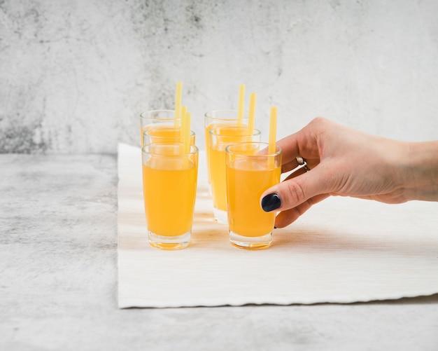 テーブルの上のジュースのグラス 無料写真
