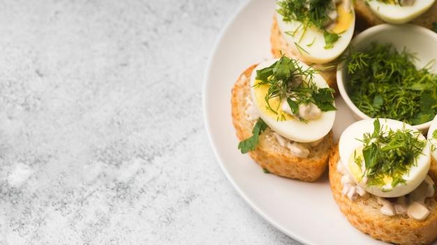 卵前菜とコピースペースプレート 無料写真