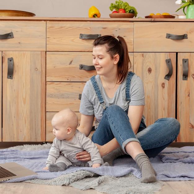 自宅で赤ちゃんと母親 無料写真