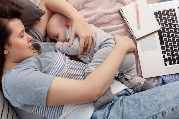 自宅で子供を持つ母 無料写真