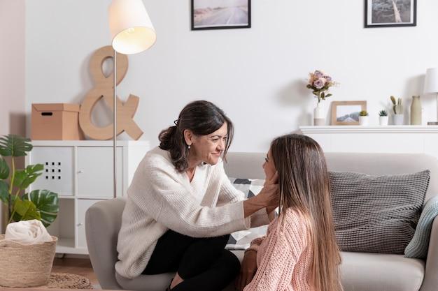 母と娘を自宅で 無料写真