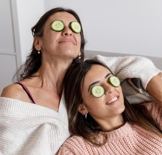 ハイアングルママと娘の目マスク 無料写真