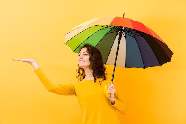 Вид спереди женщины с зонтиком радуги Бесплатные Фотографии