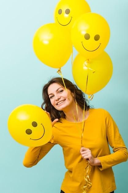 風船で笑顔の女性の正面図 無料写真