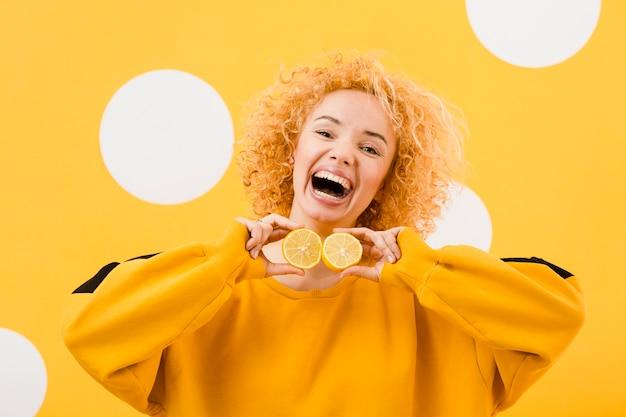 Вид спереди красивой девушки с ломтиками лимона Бесплатные Фотографии