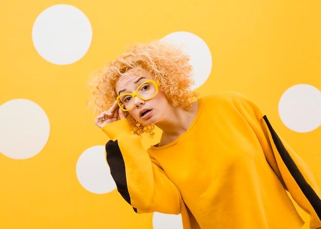 Красивая белокурая женщина с желтыми стеклами Бесплатные Фотографии