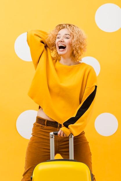 Средний снимок блондинки с суикасом Бесплатные Фотографии