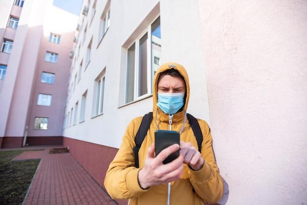 Человек с хирургической маской на открытом воздухе Бесплатные Фотографии
