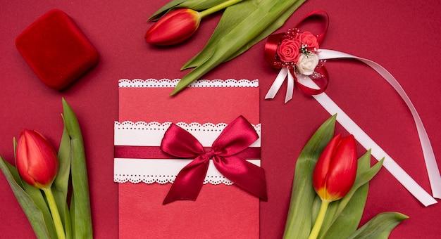 Вид сверху свадебного приглашения в окружении цветов Бесплатные Фотографии