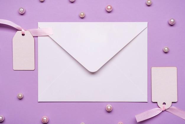 Элегантный конверт в окружении жемчуга Бесплатные Фотографии