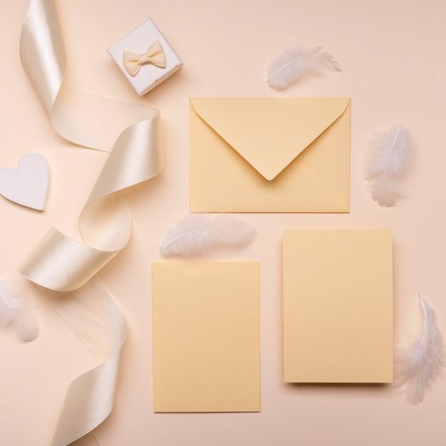 リボン付きトップビューエレガントな結婚式の封筒 無料写真
