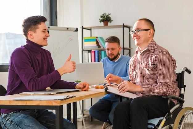 オフィスで一緒に働いている男性のグループ 無料写真