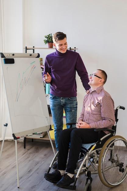 オフィスで働いている障害者の男 無料写真