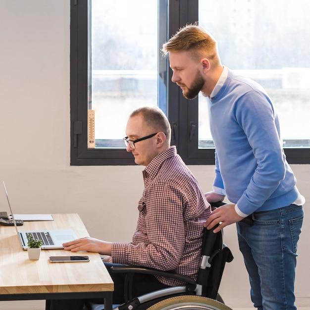 オフィスで一緒に働いている成人男性 無料写真