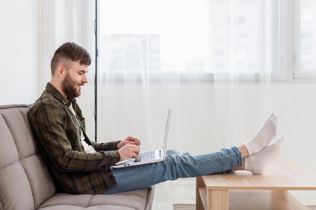 若い専門家が自宅で仕事をして幸せ 無料写真