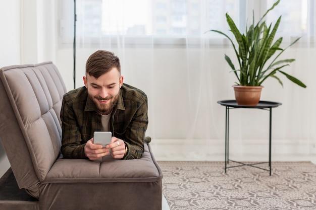 若い起業家が自宅で仕事をして幸せ 無料写真