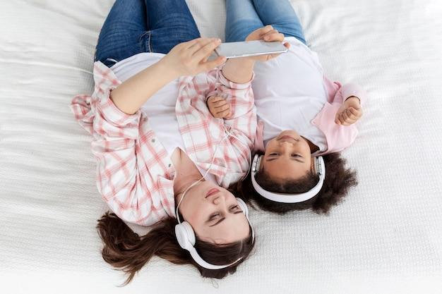 トップビューの母と娘の音楽を聴く 無料写真