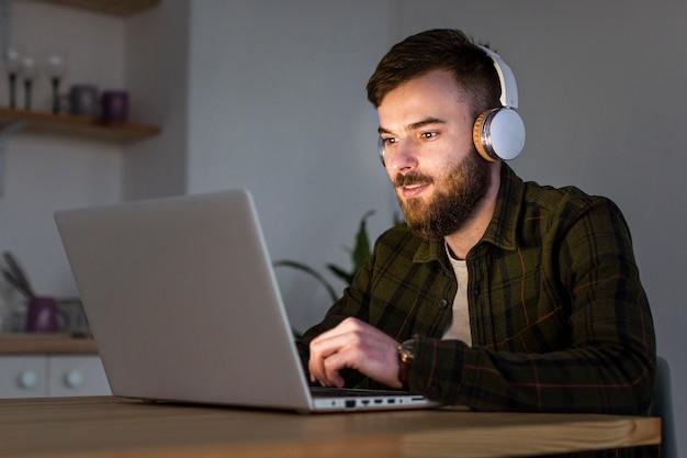 自宅で仕事を楽しんでいる成人男性の肖像画 無料写真