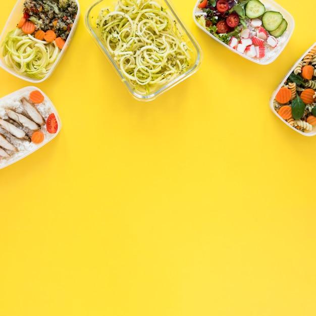 黄色の背景を持つ食品フレーム 無料写真