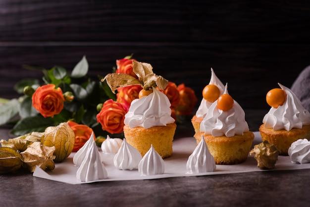 アイシングとローズのカップケーキ 無料写真