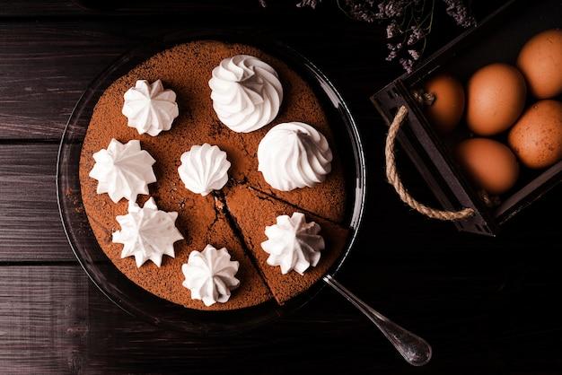 アイシングと卵とケーキのフラットレイアウト 無料写真