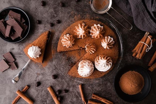 チョコレートとシナモンの棒でケーキのトップビュー 無料写真