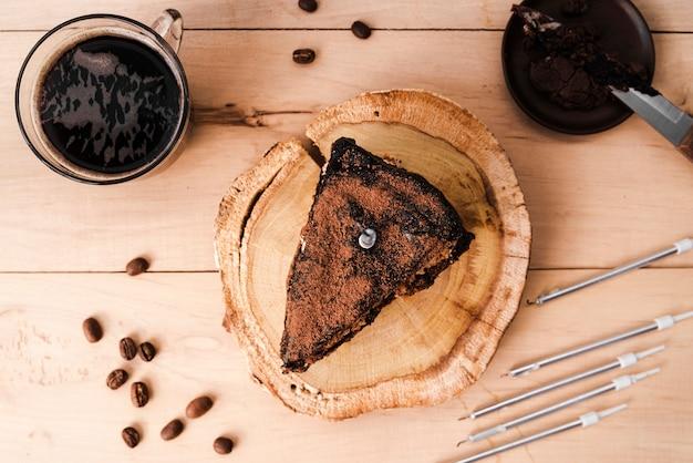 Вид сверху кусочек торта с кофе в зернах Бесплатные Фотографии