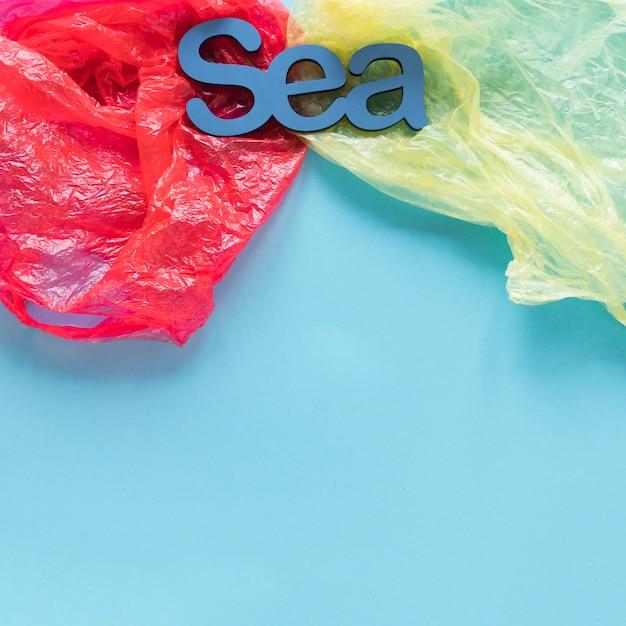 Вид сверху на море в окружении пластиковых пакетов Бесплатные Фотографии