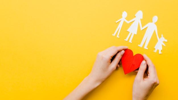 コピースペースと黄色の背景にかわいい家族概念配置 無料写真