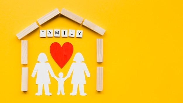 コピースペースと黄色の背景に家族の概念の構成 無料写真