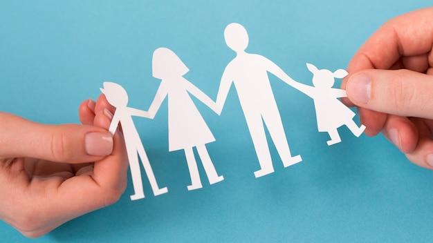 かわいい紙家族の手で保持しているフラット横たわっていた人々 無料写真