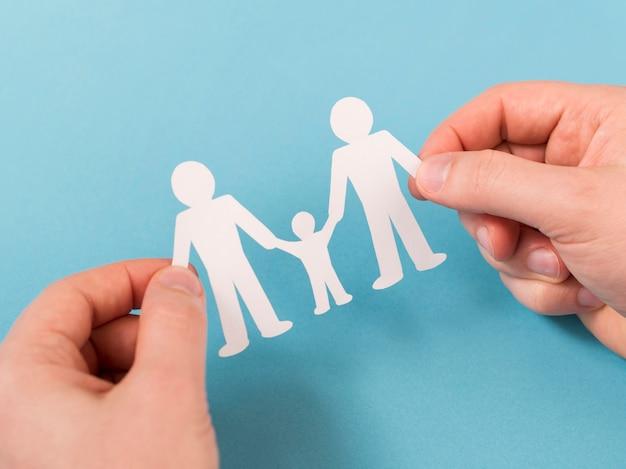 かわいい紙家族の手で保持しているトップビュー人 無料写真