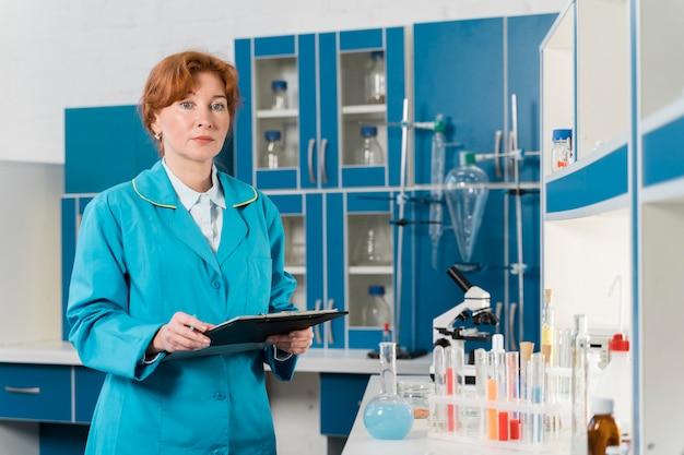Ученый женщина, держащая в буфер обмена Бесплатные Фотографии