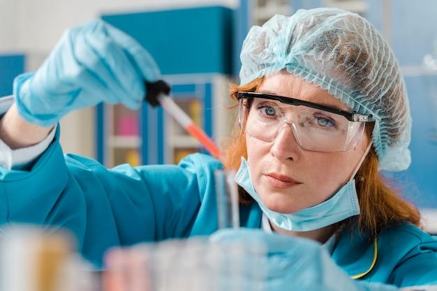 サンプルを見て若い生姜女性化学者 無料写真